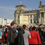 Demonstranten forderten die Schließung der US-Militärbasen in Deutschland und bezogen Stellung für das Selbstbestimmungsrecht der Völker.