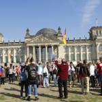Die Versammlung nimmt Aufstellung vor dem Reichstag.