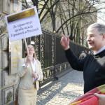 """Aufstellung vor der russischen Botschaft Unter den Linden. """"Für die deutsch-russische Freundschaft"""" steht auf dem Plakat."""