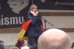 Bemerkenswertes Video: Eine Frau allein unter Hooligans.